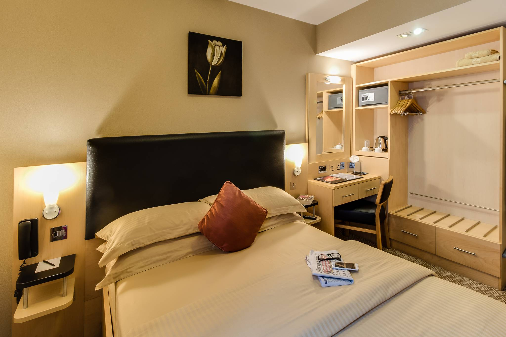 Academy Plaza Hotel Guestroom